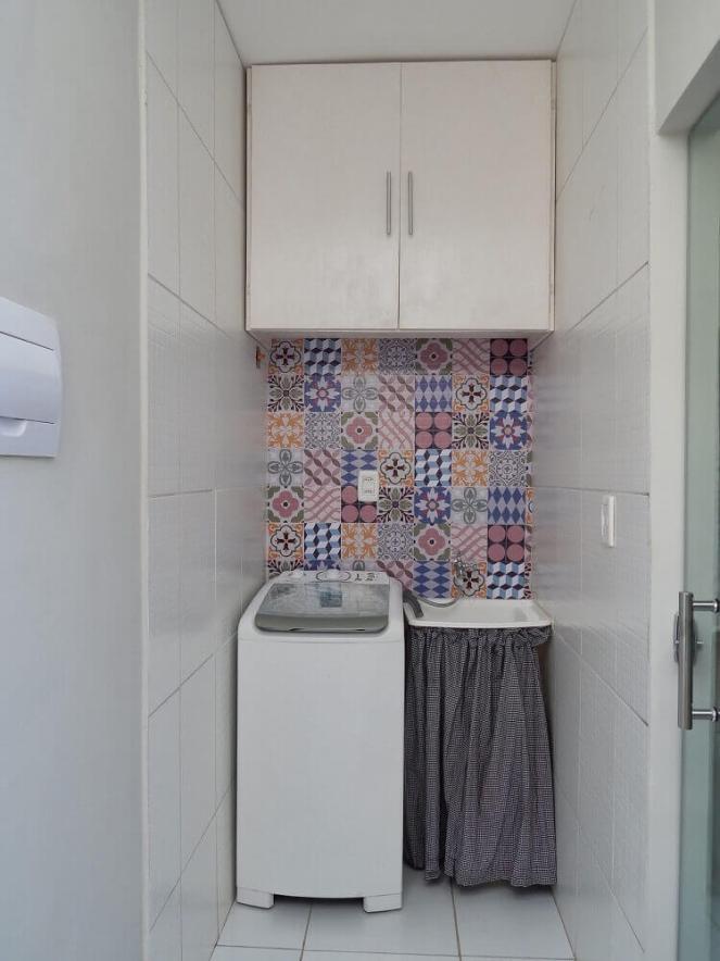 armário-pequeno-para-lavanderia-decorada-com-ladrilho-hidráulico-Foto-Deccorebba