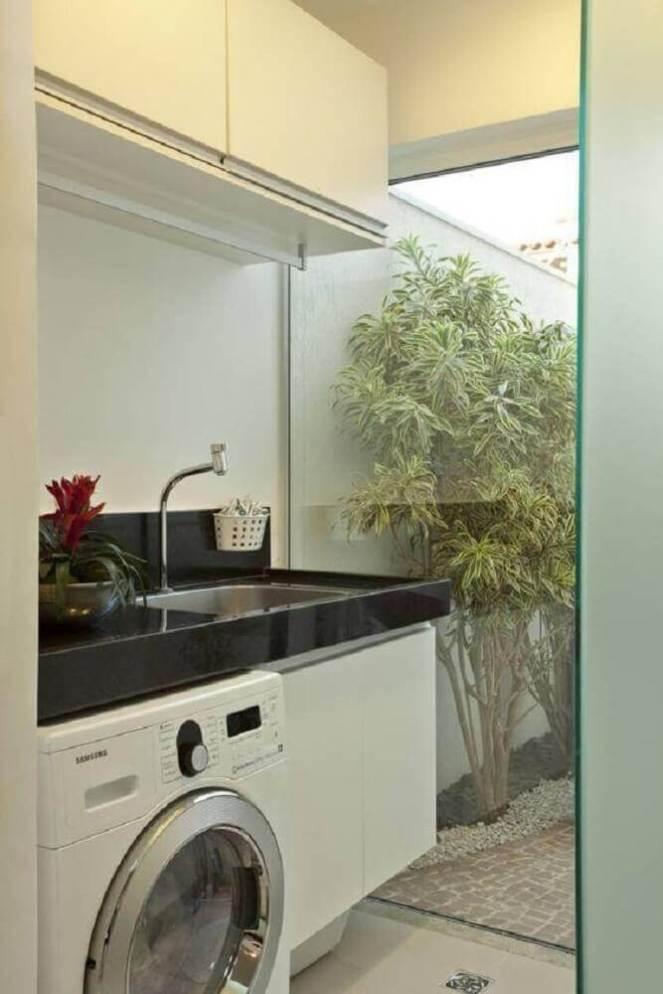 armário-pequeno-para-lavanderia-toda-branca-com-parede-de-vidro-Foto-Pinterest