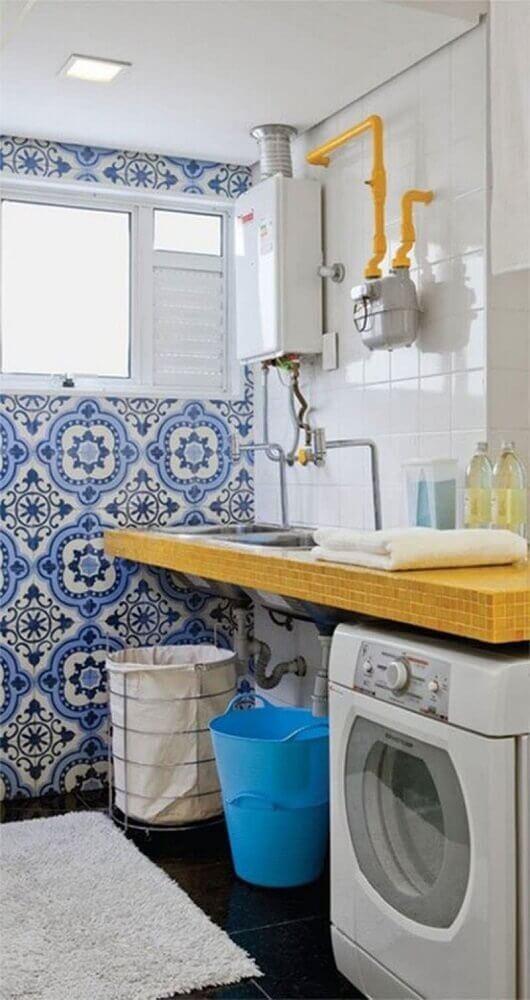 decoração-com-ladrilho-hidraulico-azul-para-lavanderia-pequena-e-simples-Foto-Falk-Art-e-Decoração