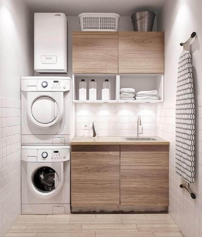 decoração-lavanderia-pequena-com-armários-de-madeira-Foto-Ashley-Winn-Design