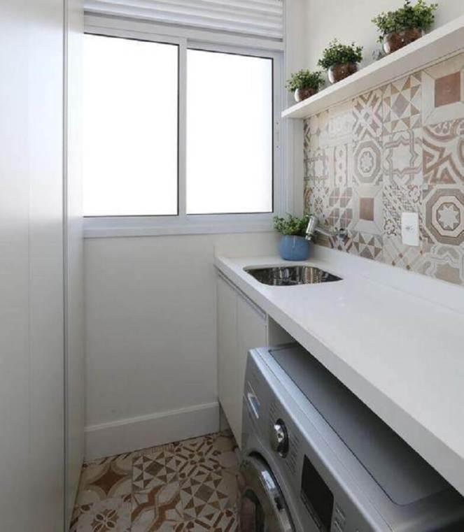 decoração-lavanderia-pequena-simples-com-ladrilho-hidráulico-Foto-Duda-Senna