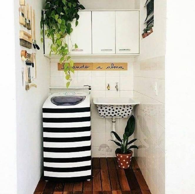 decoração-para-lavanderia-pequena-e-simples-com-armário-aéreo-branco-e-tanque-com-máquina-personalizados-Foto-Mary-Ferreira