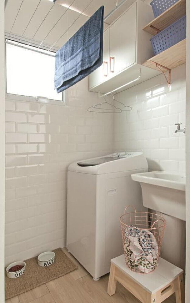 decoração-para-lavanderia-pequena-e-simples-com-prateleiras-de-madeira-Foto-Minha-Casa