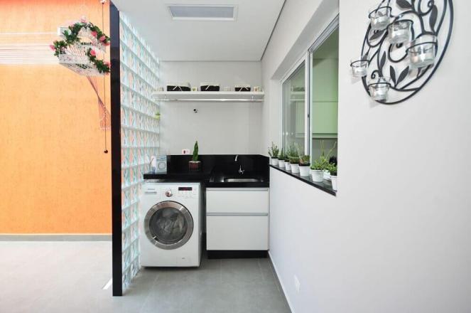 decoração-para-lavanderia-pequena-planejada-com-cobogos-de-vidro-Foto-Condecorar-Arquitetura-e-Interiores