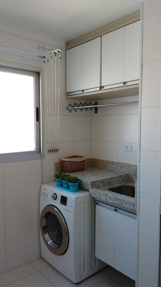 lavanderia-pequena-e-simples-com-armário-aéreo-Foto-Pinterest