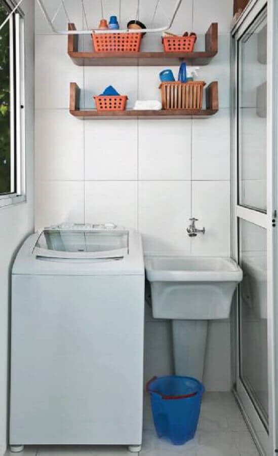lavanderia-pequena-e-simples-com-nichos-de-madeira-Foto-Minha-Casa