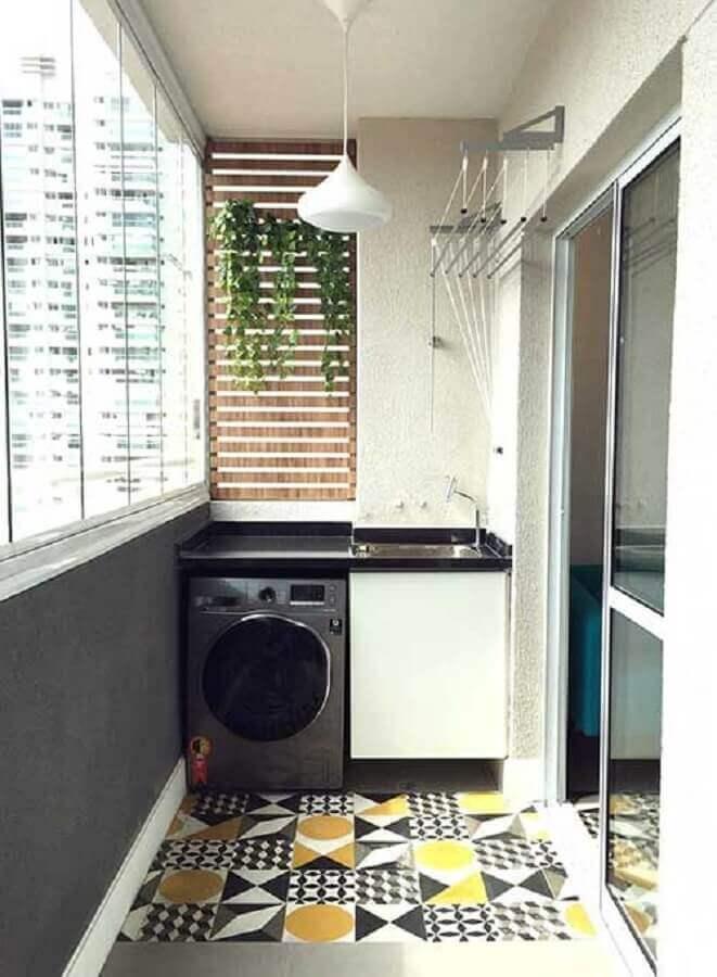 lavanderia-pequena-planejada-em-varanda-com-piso-hidráulico-Foto-Sua-Decoração