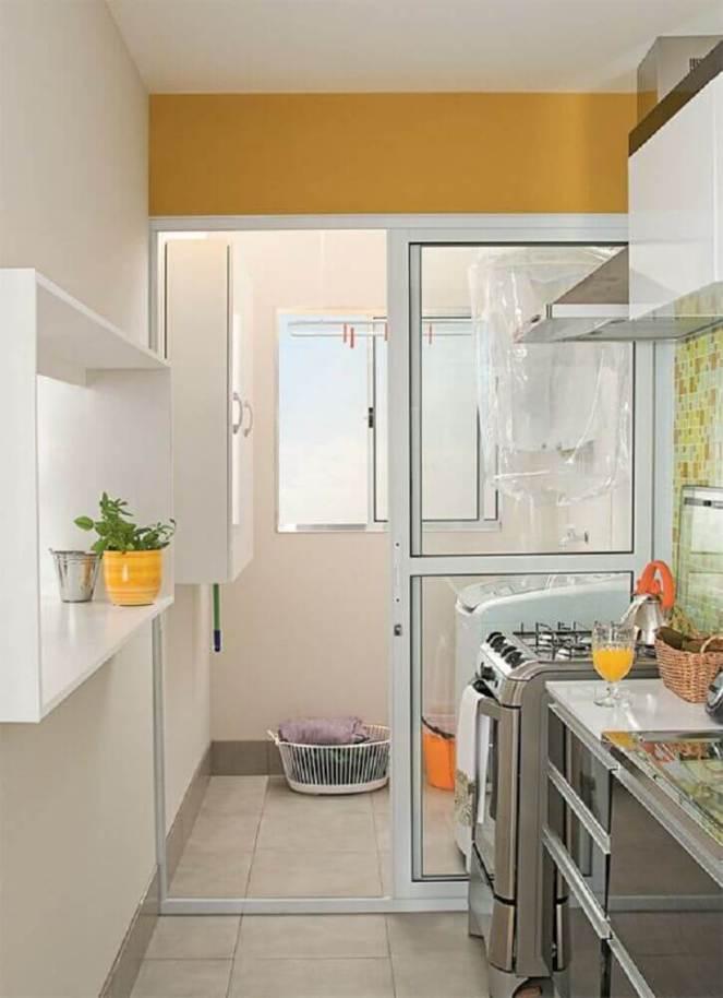 lavanderia-pequena-simples-com-portas-de-correr-para-separar-a-cozinha-Foto-Falk-Art-e-Decoração