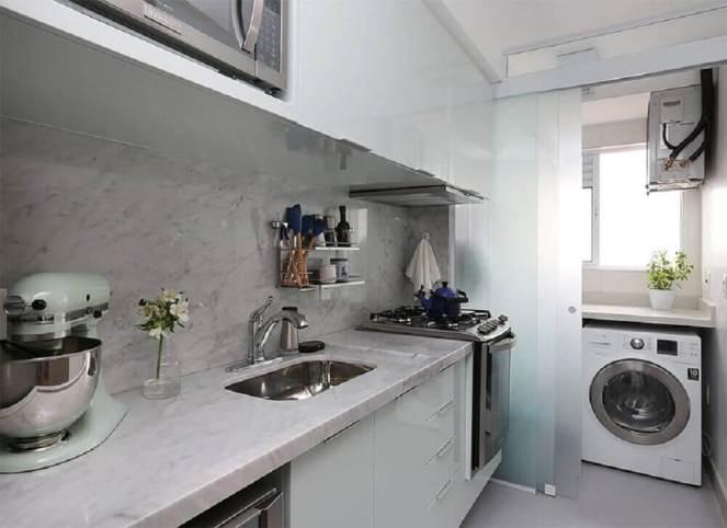 portas-de-correr-de-vidro-para-lavanderia-pequena-planejada-integrada-com-cozinha-Foto-Limaonagua